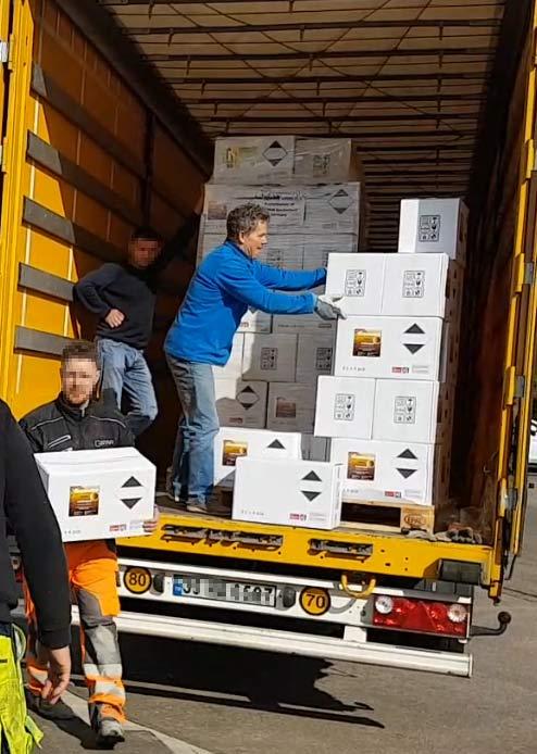 Heiko Rether lädt von einem 40 Tonner Truck Ware ab