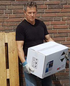 Heiko Rether trägt einen weißen Karton 500 ml Grisamethrin UNIVERSAL KOMBI