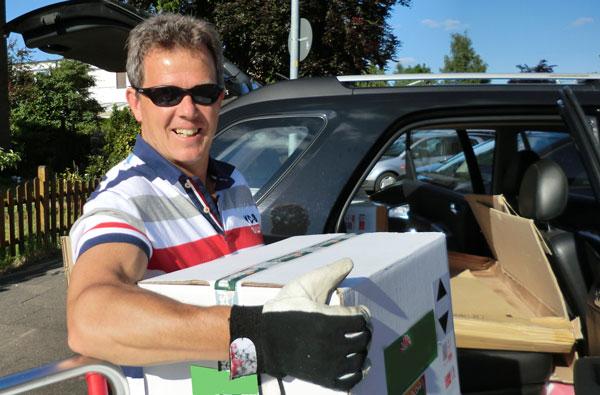 Heiko Rether trägt eine Grisamethrin Kiste