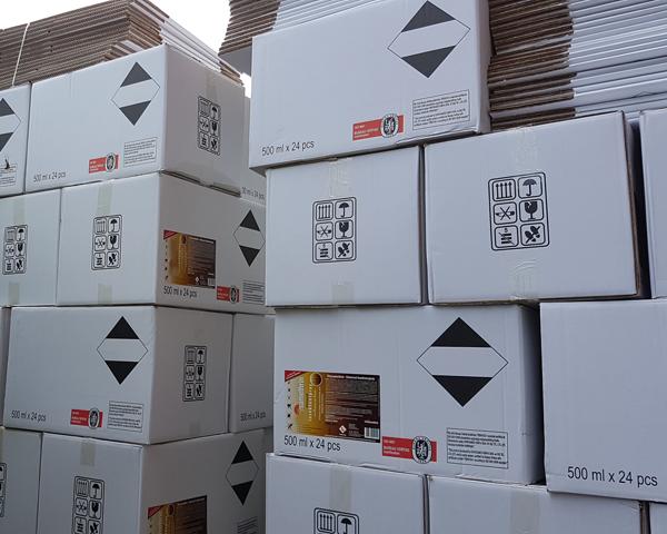 Warenstapel mit weißen Kartons Grisamethrin UNIVERSAL KOMBI